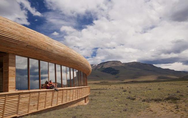 tierra-patagonia-exterior-couple-edit_adapt_945_1